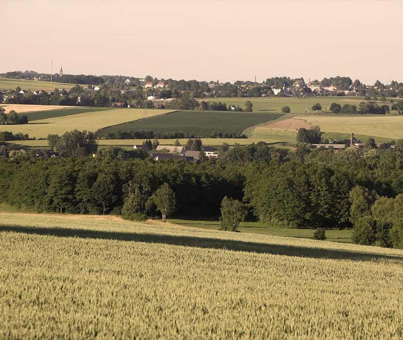 Aussicht vom Friedhof auf umgebende Felder, Dörfer und Wälder