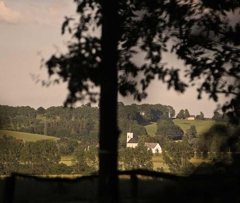 Blick auf Kirche in der Umgebung des Beerdigungswaldes